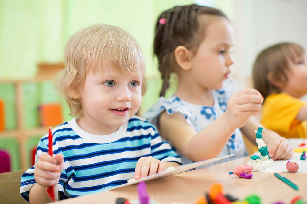 children making arts and crafts in kindergarten together at a Preschool & Daycare Serving Frisco, TX
